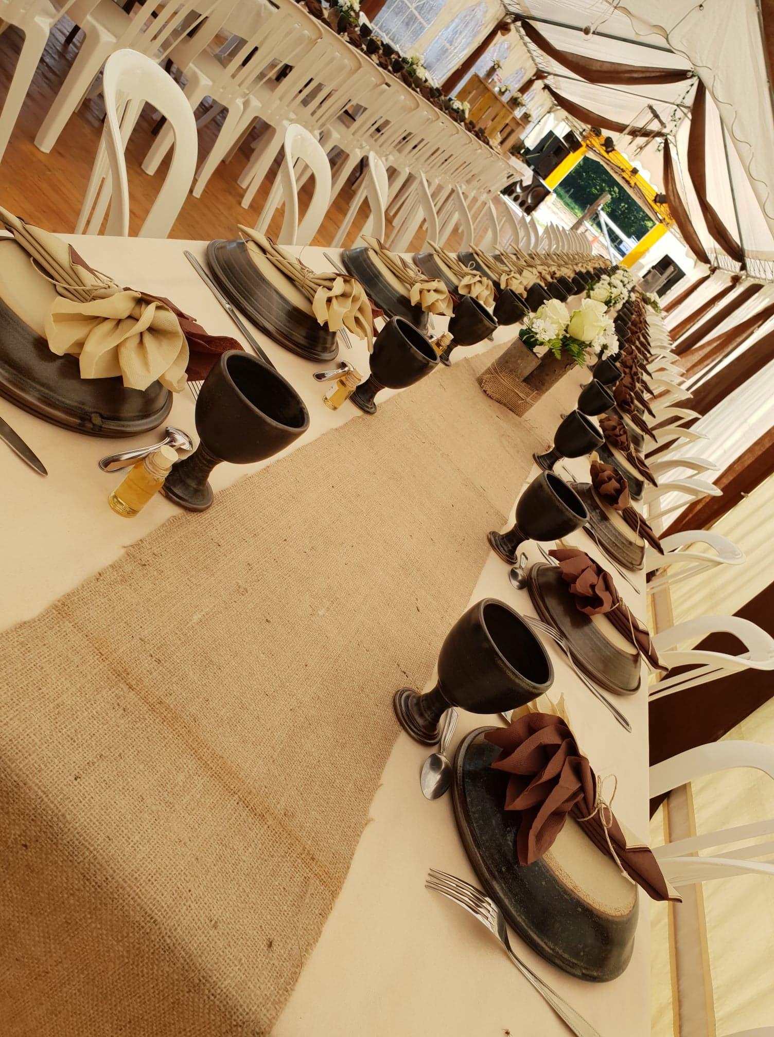 mariage table avec vaisselle médiéval ecuelle grall