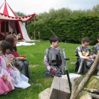 Repas autour du feu de camp sur la Cité Médiévale