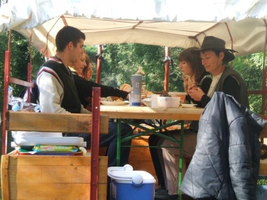 Repas dans le chariot western sur le chemin de la mer