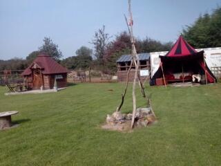 Camping** insolite cabane des elfes et tente Médiévale.
