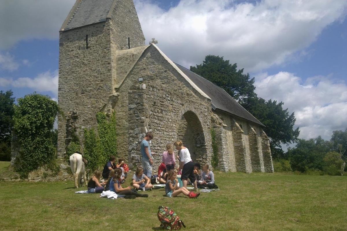 pause déjeuner à la chapelle du Mont de Doville