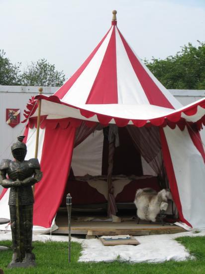 Tente Médiévale 89 €/nuit pour 2 pers avec petit déjeuné + 20 €/pers supplémentaire.