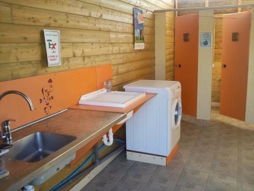 bloc sanitaire 3 wc , 3 douches, 3 lavabos, 1 bloc handicapé, 1évier vaisselle, 1 bac à laver le linge et 1 machine à laver le linge
