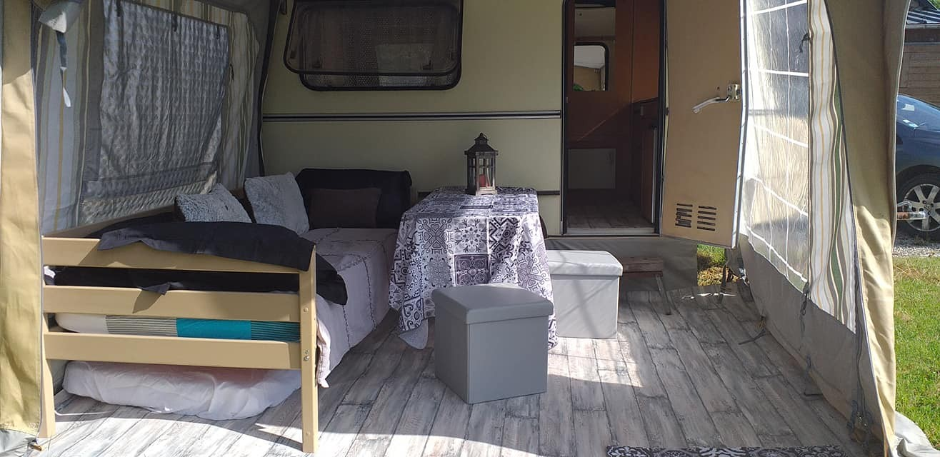 caravane côté auvent salon et 2 éme chambre  1 lit de 90 cm + 1 matelas