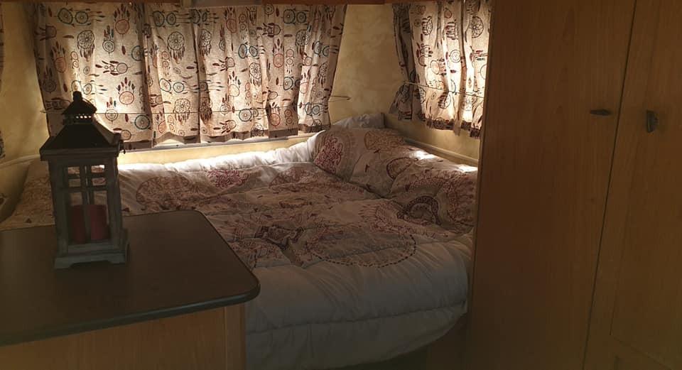 caravane côte chambre lit de 140