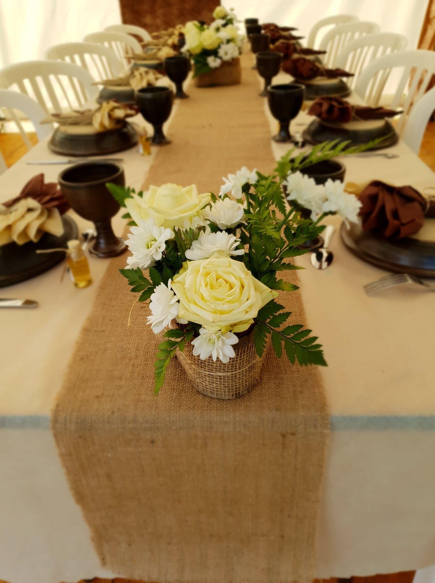 mariage table avec vaisselle médiéval ( ecuelle et graal)
