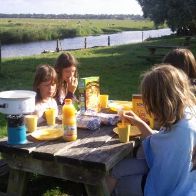 petit déjeuner au village de Longuerac devant le Marais.