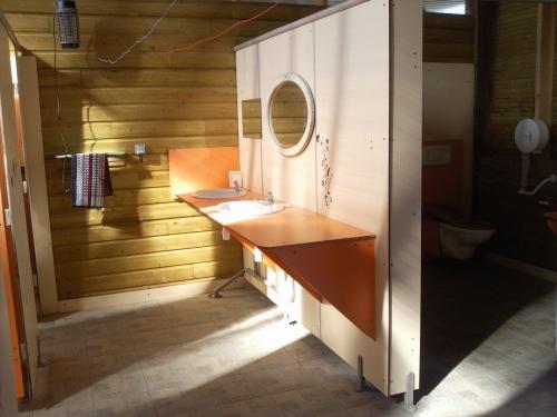 1 évier, 1 bac à linge et machine à laver le linge,3 douches, 3 lavabos,3wc le tout accés handicapés