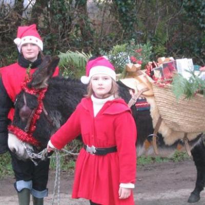 Pére Noel arrive avec son âne de bât et tous ses cadeaux.