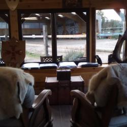 salon accueil auberge avec vue sur les cours