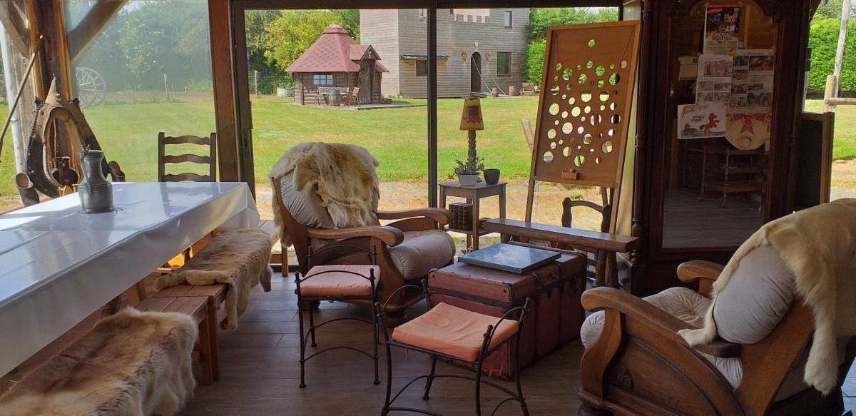 salon aux peaux de rennes avec jeux médiévaux, jeux de sociètes et livres.