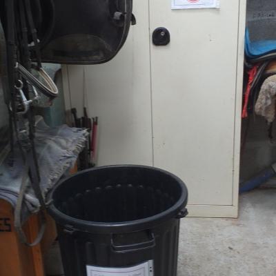 poubelle avec désinfectants pour mettre les brosses utulisées