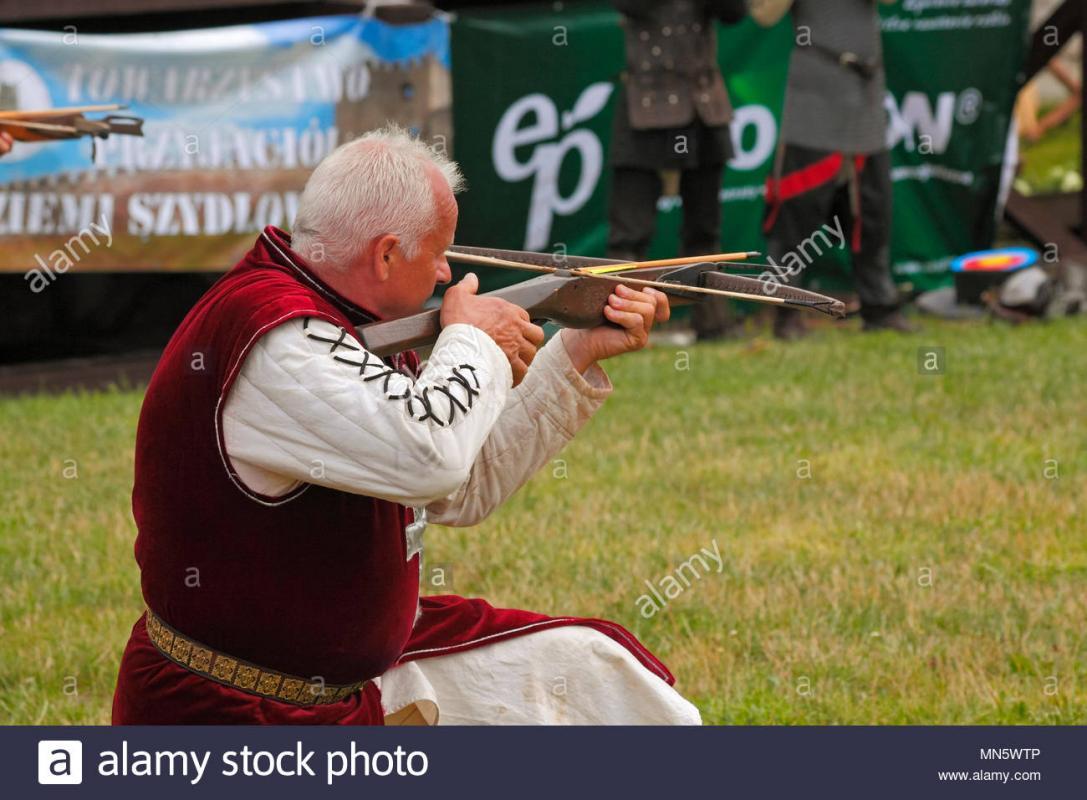 Lhomme a larbalete montrer par des membres de lordre de chevalerie de saint georges de visegrad hongrie knights tournoi avec plum szydlow pologne mn5wtp