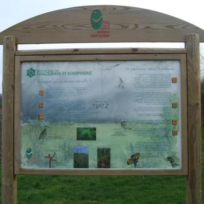 panneaux infos devant le marais
